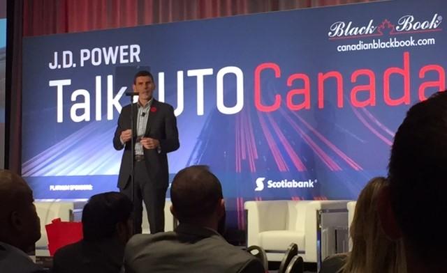 Photographié : Larry Hutchinson, président-directeur général de Toyota Canada inc., s'adressant à l'assistance du Centre de congrès de Toronto.